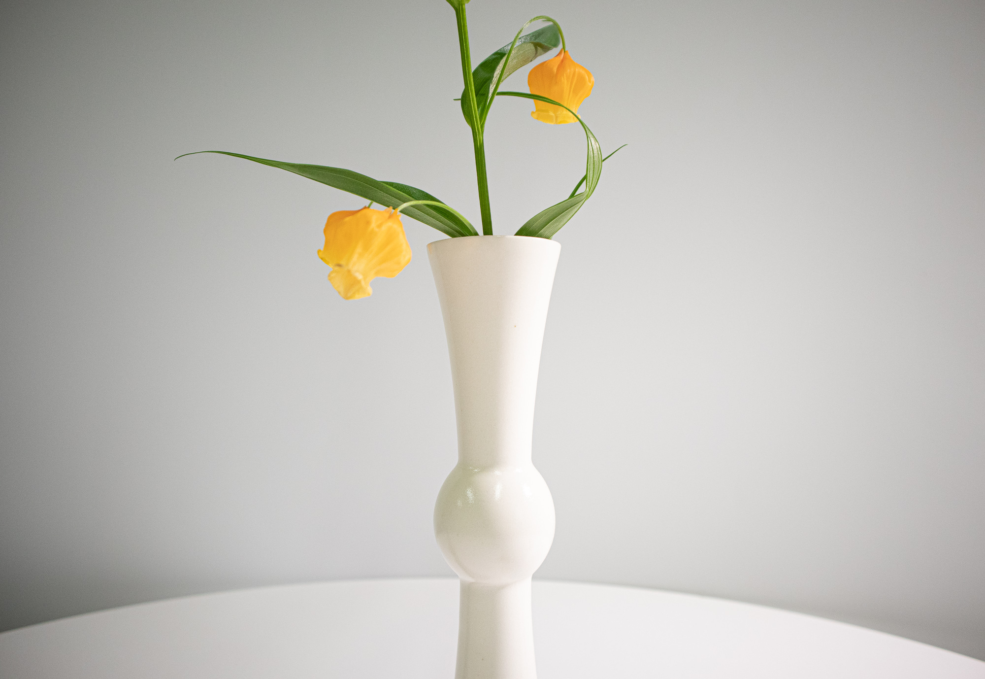 '19 SUMMER PESTLE VASE with sandersonia